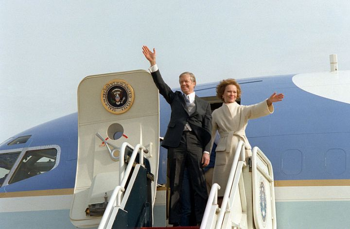 800px-Former_President_and_First_Lady_Carter_wave_from_their_aircraft